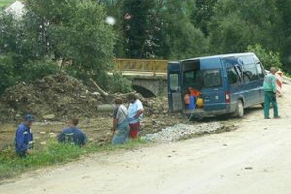 Dedina je po kanalizačných prácach rozkopaná, robotníci pracujú na rekonštrukcii obecného vodovodného potrubia.