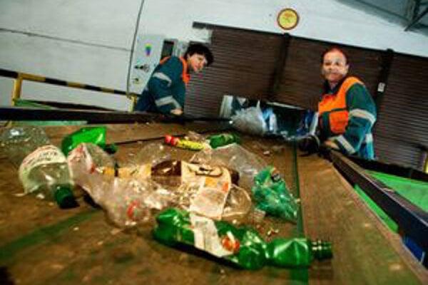 Vyseparovaný odpad sa ešte dotrieďuje, kým sa odvezie na ďalšie spracovanie.
