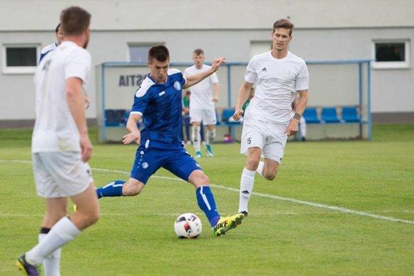 Ľubomír Korijkov (v modrom) hral naposledy za Lokomotívu ešte 31. mája 2017 proti Pohroniu. Posledné tri týždne čakal na vybavenie administratívnych prekážok.