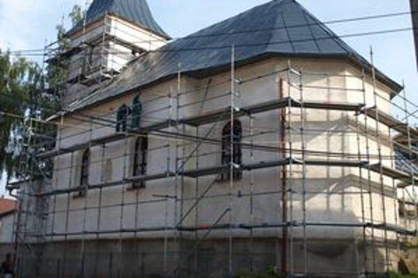 Minulý týždeň začali chlapi úpravami kostola v centre obce.