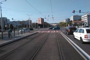 Na všetkých štyroch vstupoch do križovatky budú neprejazdné smery rovno a aj odbočenia doľava. Odbočiť sa bude dať na všetkých štyroch príjazdoch iba doprava.