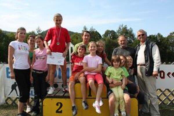 Klaudia Joštiaková so striebornou medailou a celým tímom KB Breza.