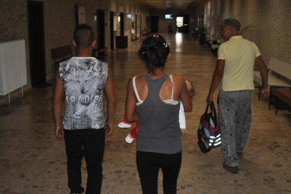 Patrik, Veronika s dieťaťom a dospelý sprievod odchádzajú zo súdu. Spokojní.