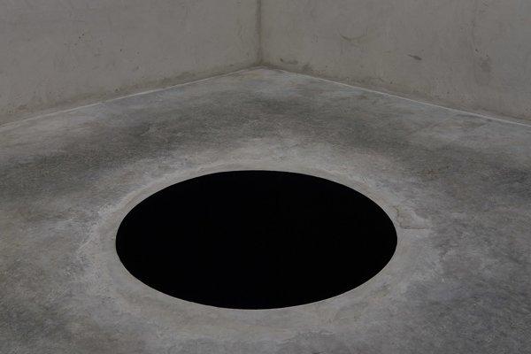 Zostup do limba. Inštalácia britského umelca Anisha Kapooora.