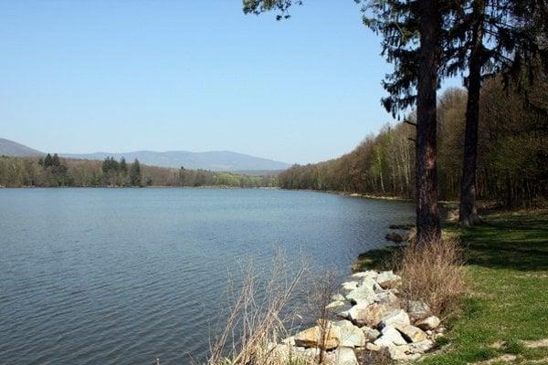 Nad vodnou nádržou v Nemečkách sa nachádzajú prvé pingové polia po ryžovaní zlata.