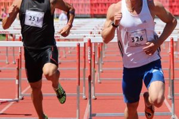 Dubničan Janeček (vpravo) vyhral 110 metrov cez prekážky.