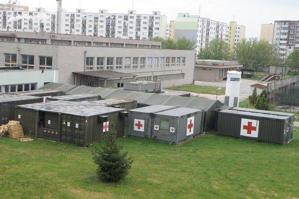 Mobilné operačné jednotky. Počas rekonštrukcie operačných sál by sa v nich malo operovať.