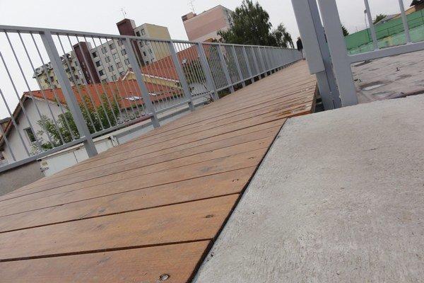 Jedna časť podlahy je drevená, druhá betónová.