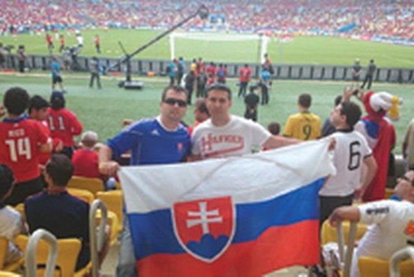 Martin Soboňa a Juraj Želiska na futbalovom štadióne v Brazílii.