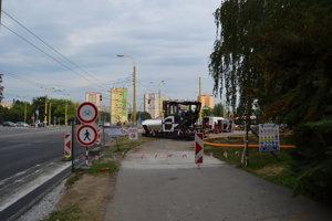 Chodník na ulici Obrancov mieru je uzavrený. Chodci si cestu musia predĺžiť obchádzkou.