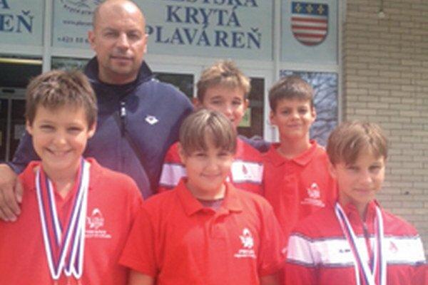 Plavci s trénerom v Košiciach.