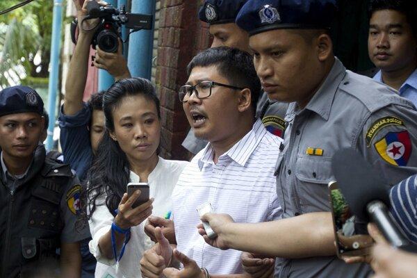 Novinári Ťjo Sou U (28) a Wa Lone (32, v strede) boli vo väzbe od vlaňajšieho decembra.