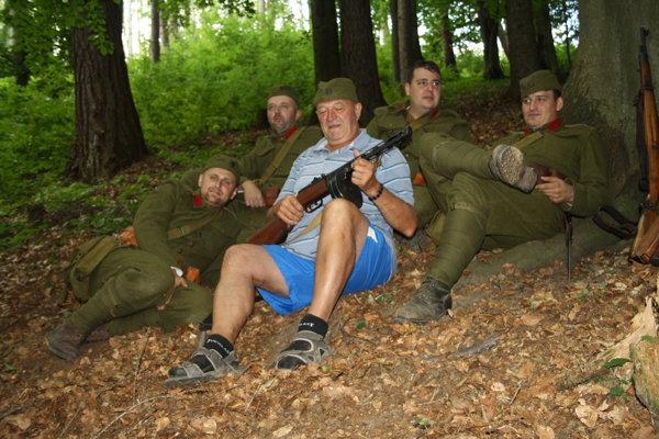 Na snímke partizáni pri otvorení bunkra nad Malinovou 18. augusta 2018.