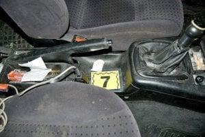 Policajti vykonali aj prehliadku vozidla VW Passat, v ktorom našli zelenú sušinu v uzatvárateľnom vrecku a papierovú skladačku s obsahom zelenej sušiny.