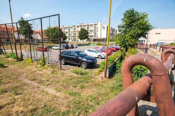 Na cirkevnom pozemku v centre Trnavy zatiaľ iba parkujú autá.