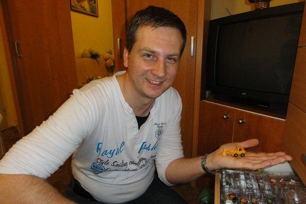 Dušan Cápa sjednou so svojich prvých figúrok. Dnes má zberateľskú hodnotu 200 eur.