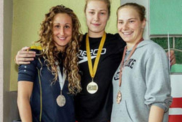 Andrea Podmaníková (vstrede) so zlatou medailou v Púchove.