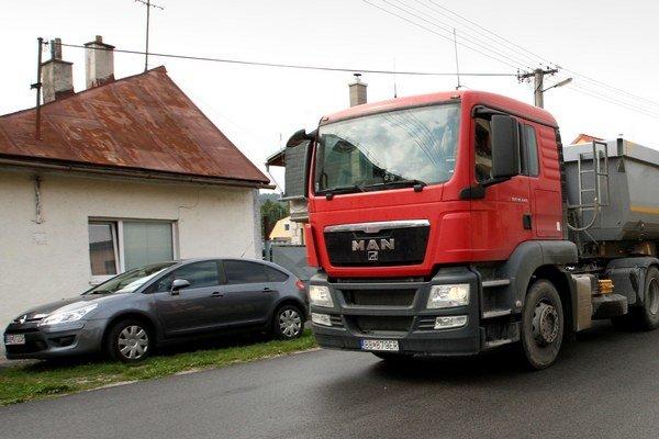 Podjazdom už nemôžu prechádzať vozidlá vyššie ako 3,8 metra.