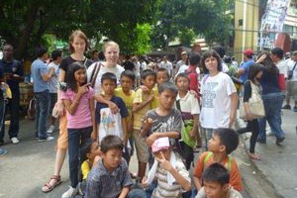 Kristína Paulíková (vľavo hore) poskytovala miestnym obyvateľom bezplatnú zdravotnú starostlivosť.