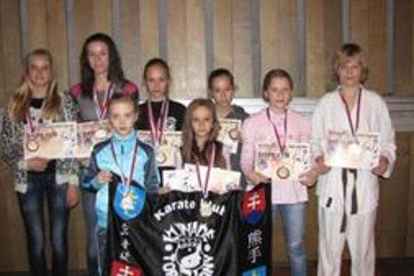 Zľava: Hurychová, Petrásšková, Zámečníková, M. Langová, K. Langová, Dubná, Rohmanová (členky Kumade klubu Topoľčanyň a Gažík (individuálny člen Slovenského zväzu karate).