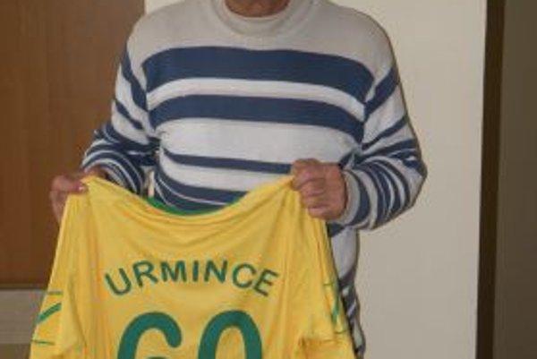 Marián Kňaze od žiakov, dorastencov a funkcionárov Urminiec dostal dres s číslom 60.