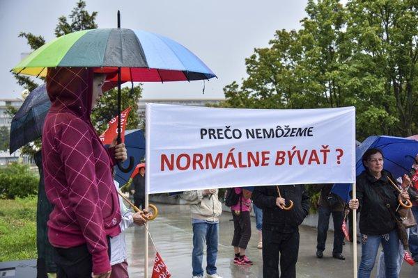 Snímka z demonštrácie občianskeho združenia Právo na bývanie pred Úradom vlády SR.
