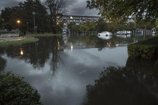 Na snímke zaplavené parkovisko a neprejazdná ulica Svidnícka - Sabinovská po prívale dažda 1. septembra 2018 v Bratislave.