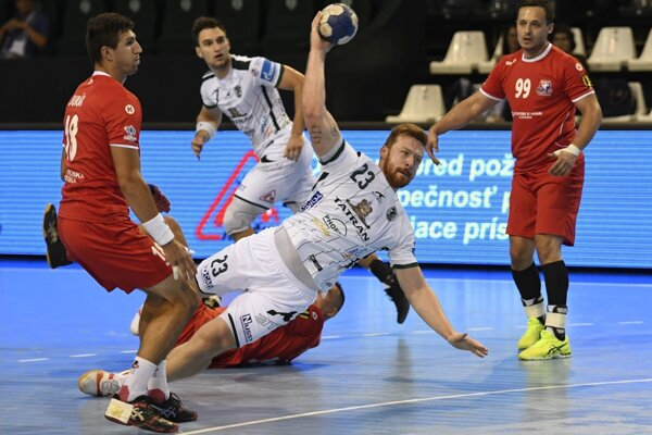 Prešovčan Vučko (v bielom) dáva gól Tatrana. Zľava v červenom hráči MŠK Jurák a M. Kozák.