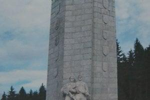 Pamätník padlým  v bojoch o Mount Mouchet, počas ktorých zahynul aj Karol Pajer.