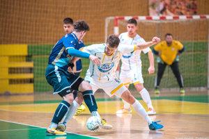 Tím aj vnovej sezóne povedie Pavol Gabaš (v bielom pri lopte) ako hrajúci tréner.