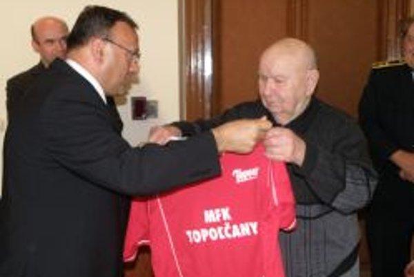 Bývalý futbalista, tréner a funkcionár Ján Vančo oslávil svoje 80. narodeniny. Pamätný dres s číslom 80 mu odovzdal na mestskom úrade v Topoľčanoch primátor mesta Peter Baláž.