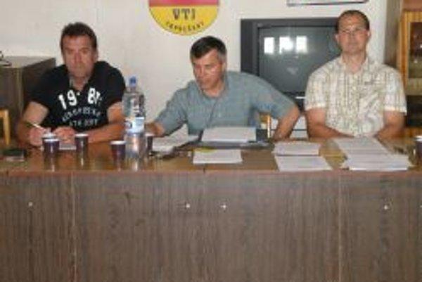 Na Valnom zhromaždení odstúpil zľava: Milan Pätoprstý (člen Predstavenstva) a prezident HC Topoľčany Vladimír Mihalik. Vpravo bývalý generálny manažér Radoslav Hecl, ktorého delegáti odvolali.