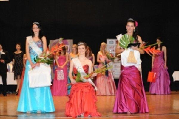 Titul Miss OA získala Martina Sviečková (v strede), I. vicemiss je Nikola Tordová (vľavo), II. vicemiss je Laura Michálková.