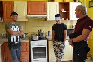 Ako v domácom prostredí. Niamat (vľavo) s krajanom a riaditeľom domova Vladislavom Fejom v kuchyni.