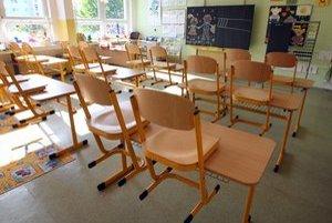 Školské lavice zostanú prázdne.