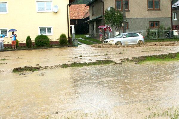 Voda z prívalových dažďov nedokáže vždy rýchlo bezpečne odtiecť.