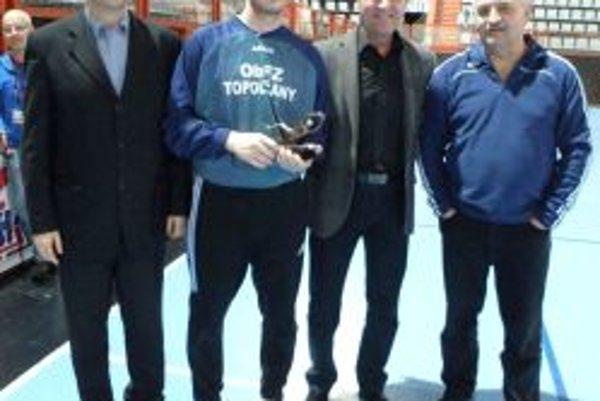 Najlepším brankárom turnaja sa stal Richard Sedlár (druhý zľava).
