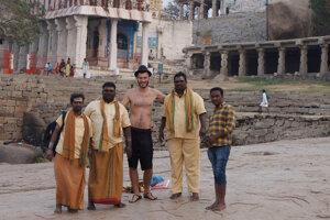 Pranie oblečenia v rieke s Indami.