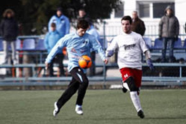 Boris Kapusta (v bielom) v súboji s domácim hráčom Nitry. Topoľčany prehrali 0:4.
