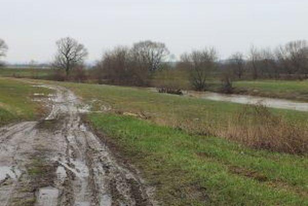 Rieka stúpa v Nitrianskej Strede, v Topoľčanoch je stav zatiaľ ustálený.
