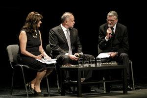Na snímke zľava novinárka Ľuba Lesná , prezident SR Andrej Kiska a herec Martin Huba počas pietneho aktu čítania mien obetí holokaustu v Mestskom divadle P. O. Hviezdoslava v Bratislave.