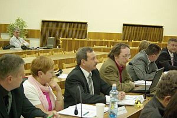 Poslanci vyčítali primátorovi, že o novom členovi dozornej rady nič nevedia, že ho nepoznajú a upozornili aj na trestné stíhanie.