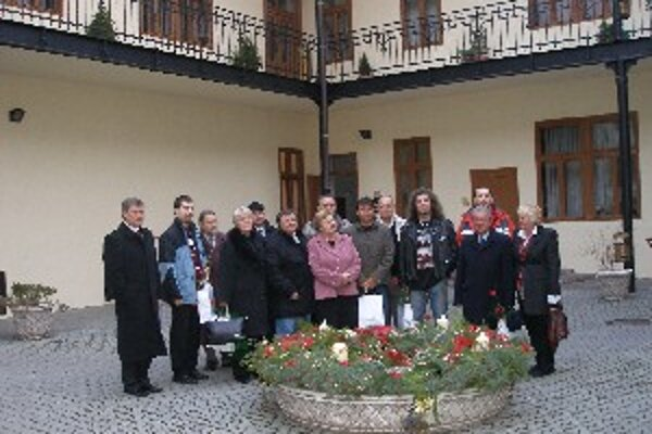 Ocenení darcovia krvi na nádvorí topoľčianskej radnice.