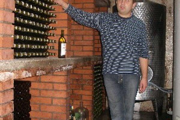 Viliam Uhlár vo svojej pivnici.