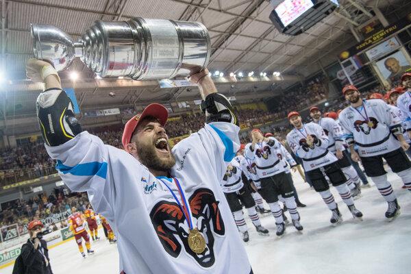 Ján brejčák oslavuje zisk majstrovského titulu. (FOTO TASR - Marko Erd)