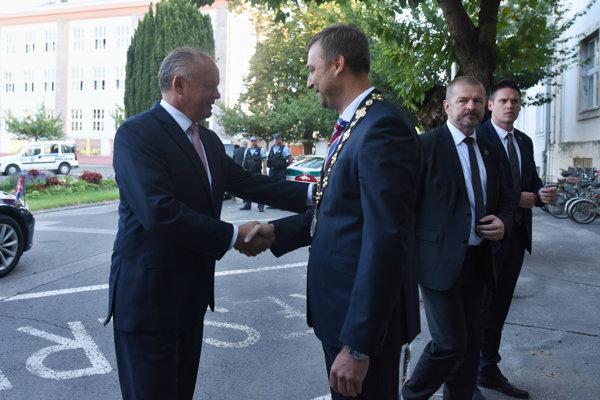 Primátor mesta Piešťany Miloš Tamajka víta prezidenta SR Andreja Kisku v Piešťanoch.