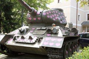 Pred niekoľkými rokmi niekto pokreslil jeden z tankov srdiečkami.