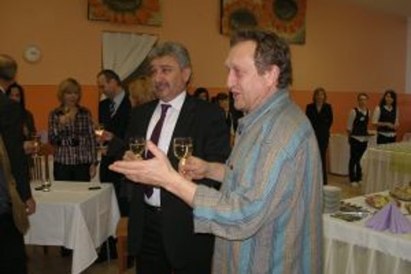 Prednosta Jozef Vančo a starosta Ľubomír Paulovič si po prípitku s ostatnými starostami zaspievali.