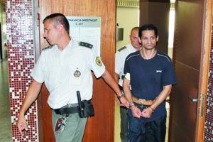 Arpáda Žigu odvádza eskorta do výkonu trestu. Spolu strávi za mrežami 10 rokov.