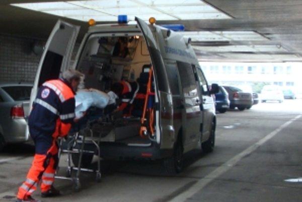 Pacientov od rána evakuovali do iných miest. Podľa našich informácií ich prevážali do Nitry, Partizánskeho a Bánoviec nad Bebravou.